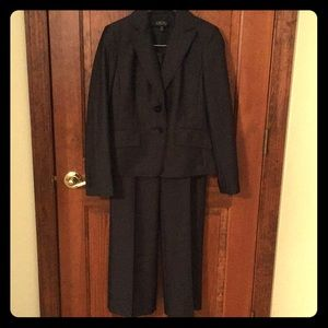 Kasper navy blue 2 piece pant suit.